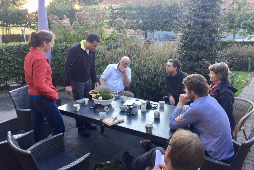 In gesprek over het nut van visuele inspectie bij boeren met veel grond bij de familie Schlepers